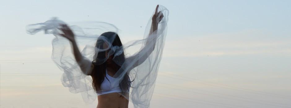 Su cuerpo es la forma del amor, es el dios que toma mil formas a los ojos de sus criaturas; bailando arrebatado, de su danza nacen oleadas de cuerpos. -Kabir